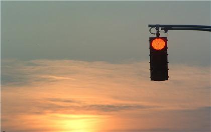跟着大车误闯红灯,真的可以免罚么
